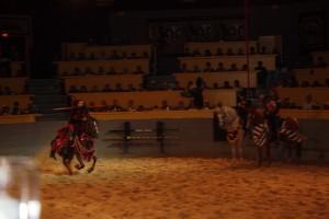 Punainen ritari ottaa keihäänheittovauhtia