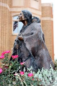 Sacagawea & Jean Baptiste -patsas museon edessä