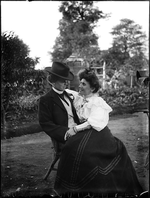 Young_couple_seated_in_garden_(3112023385) (3)