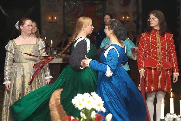 Historiallinen tanssi – Historiaa, larppaamista vai nörtteilyä?