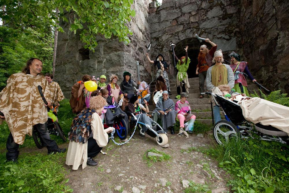 Valloitettu! Peikkolinna on jälleen meidän! Peikkolinnan roolissa käytettiin Aulangon yli satavuotiasta graniittilinnaa.