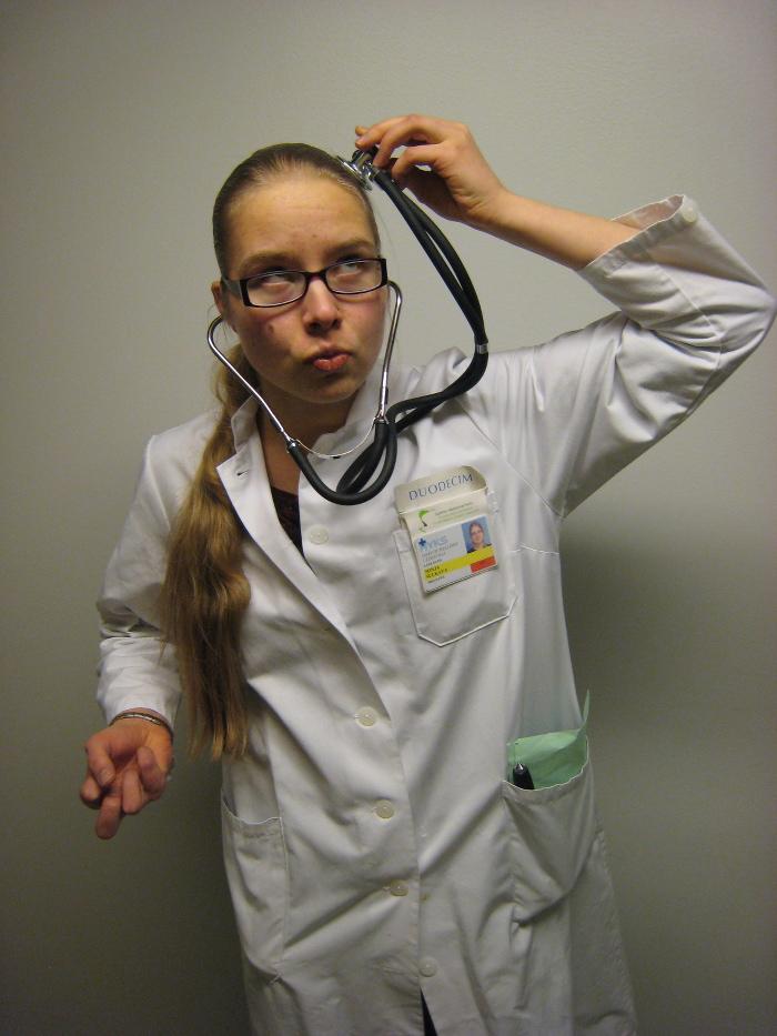Kandi larppaamassa lääkäriä