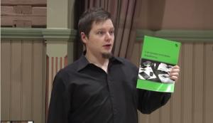 Mikko Ryytty esitelmässään pelityylin mukaisesta kirjoittamisesta