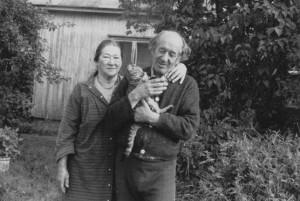 """Hietasaaressa syntynyt Veera Taskila (os. Paakkari s. 1927) valokuvasi Hietasaaren asukkaita ja katoavia rakennuksia 1970-luvulla. Kotimökkinsä pihalla kuvatun pariskunnan kuvan alle hän oli kirjoittanut """"Anita ja Kauko – onnelliset"""". Veera Taskila."""