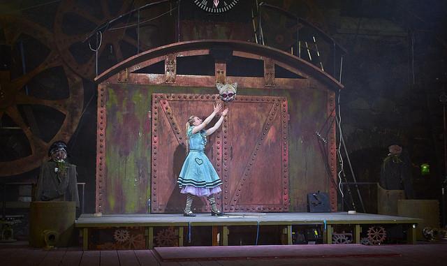 Alice (Anna-Riikka Rajanen) ja irvistys ilman kissaa. Kuvan oikeudet omistaa Ryhmäteatteri, kuvaaja Johannes Wilenius.