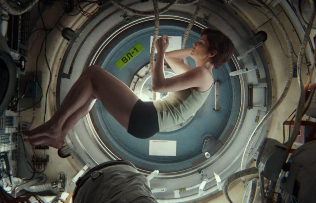 Gravity-elokuvan päähenkilö tohtori Ryan Stonen roolissa esiintyy Sandra Bullock. Elokuvan on ohjannut Afonso Cuarón. Kuva: Trailer screencap.