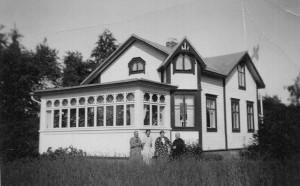 Vuorivirran kesähuvilana tunnettu rakennus eli Hietasaaren mukana kukoistuksensa ja rappionsa. 1900-luvun alussa rakennettu paikallisen rakennusmestarin piirtämä huvilarakennus oli aktiivisessa käytössä 1960-luvulle saakka. Arkkitehtuurin historian laboratorion arkisto.