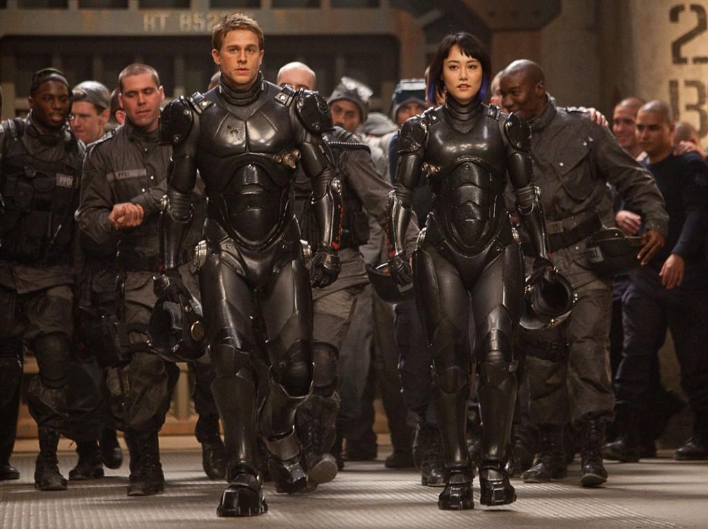 Jotkut fanit haluavat nähdä Mako Morin hahmon (keskellä vasemmalla) Pasific Rim -elokuvan päähenkilönä. Draamarakenteellisesti elokuvan päähenkilö on kuitenkin kiistattomasti Raleigh Becket (keskellä oikealla). Rinko Kikuchin näyttelemällä Makolla on vahva, oma tarinalinja, joka kuitenkin draamallisesti tukee ja heijastaa Charlie Hunnamin näyttelemää päähenkilö Raleighin elokuvaa johtavaa tarinalinjaa. Kuva: Warner Bros Entertainment. 2013.
