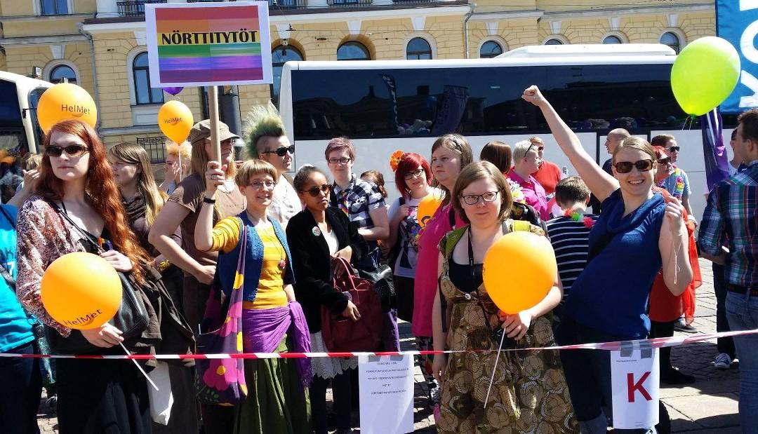 Yksinä 20 000:sta: Nörttitytöt Helsinki Pridella