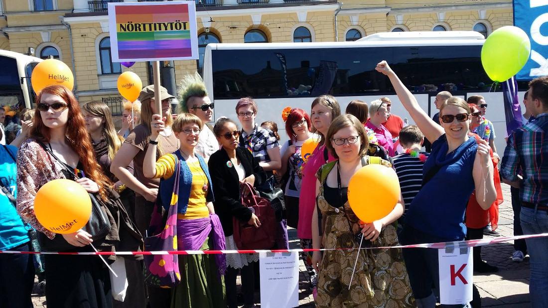 Nörttitytöt lähtökuopissa Pride-tunnelmassa! Kuva: Kaisa Vitikainen
