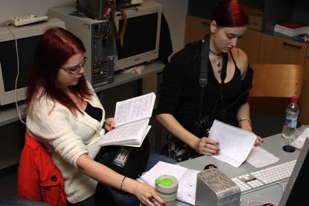 Tuska ja Ahistus -dokumentin toimittaja ja tuottaja ahkerina. Kuvassa joko editoidaan dokumenttia tai kopoioidaan kokousmuistiinpanoja. (c) Reetta Järvenpää