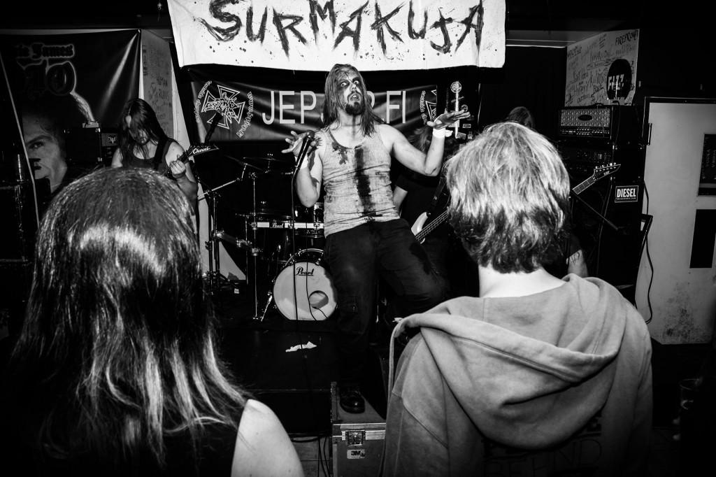 Kesän 2014 Surmakujalla esiintyi mm. Inharmonic, kuvaaja Nuutti Turkki. Paikka on Ravintola La Barre.