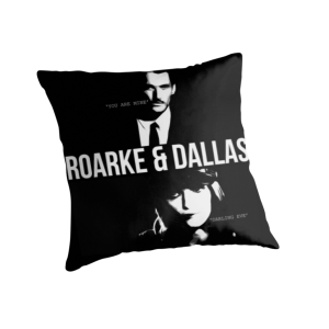 Dallas/Roarke -shippi on päätynyt koristetyynyksi. Lähde: http://www.redbubble.com/people/whatthefawkes/works/10453267-roarke-and-dallas?p=throw-pillow