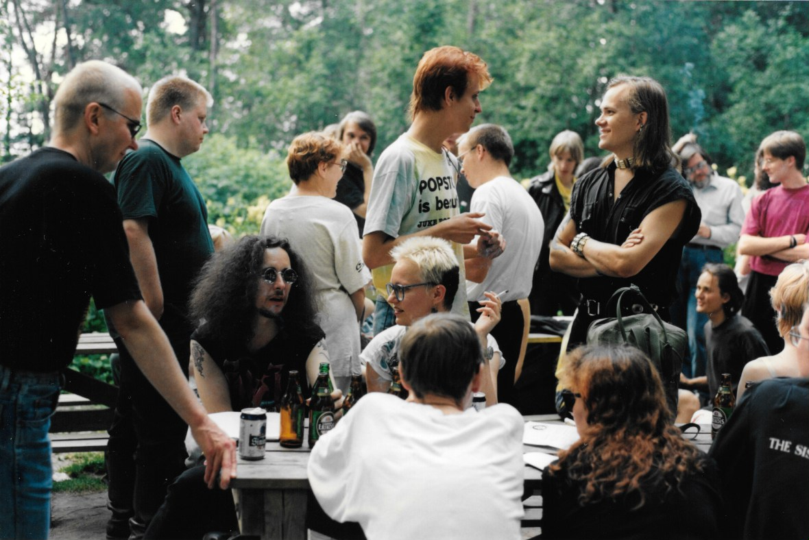 Fandom picnic at Viikinkisaari (Viking Island) at Tampere in 1994. Picutre Johanna Sinisalo, Leena Peltonen (facing away), Eija Elo (facing away), Petri Hiltunen, and others. Image: © Hannele Parviala
