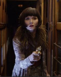 Neiti Fisherin asekin on tyylikäs.