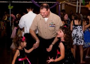 Pearl Harborin laivastotukikohdan työntekijä tanssittaa tyttäriään tukikohdan juhlissa. ©By Petty Officer 3rd Class Paul Honnick (https://www.dvidshub.net/image/266522) [Public domain], via Wikimedia Commons