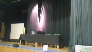 Puheohjelmaan oli saatu vahvistuksia Oulusta asti. Tässä dramaattisessa valaistuksessa pelinjohtamisen teoriaa yleisölle valaisee oululainen Tuomas Kuusniemi.