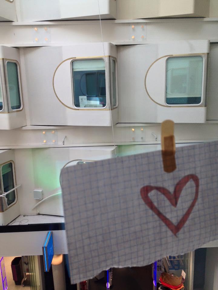Sydämiä ikkunassa. Kuvannut Kiki Söderström