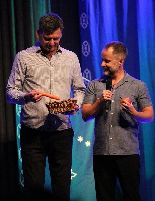 Mark Ferguson (Gil-galad) ja Billy Boyd (Pippin) söivät lavalla toista aamiaista. Kuva: EliisaJo