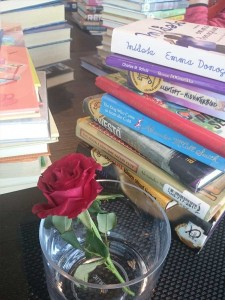 Kirjapinoja sulassa sovussa ruusumaljakon kanssa.