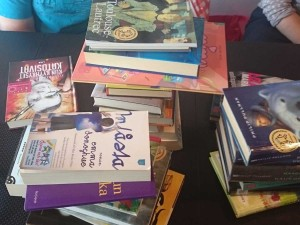 Kirjoja, kirjoja.. Ainakin suomeksi, ruotsiksi ja englanniksi.
