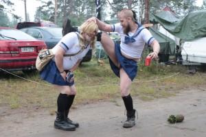 Anime-henkiset koulutytöt ja lemmikkiananas. Normipäivä Nummessa. Kuva: Reetta Järvenpää
