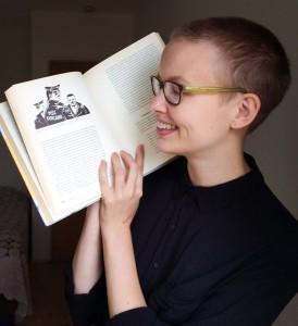 Johanna Pohtinen tutkimuskirjallisuuden (Bo Linnqvistin toimittama Arjen säikeet) kanssa. Kuva: Laura Rämö