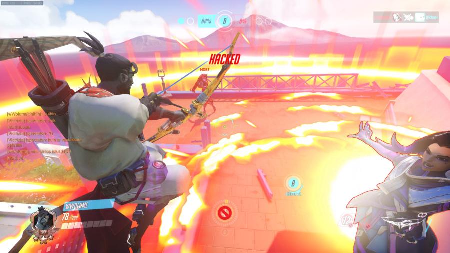 Screenshot Overwatch-pelistä. Hanzo on kiivennyt katolle, missä odottaa Widowmaker ja Sombra.