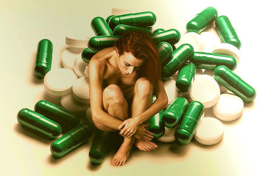 Lääkkeiden keskellä. Kuva: Pixabay.