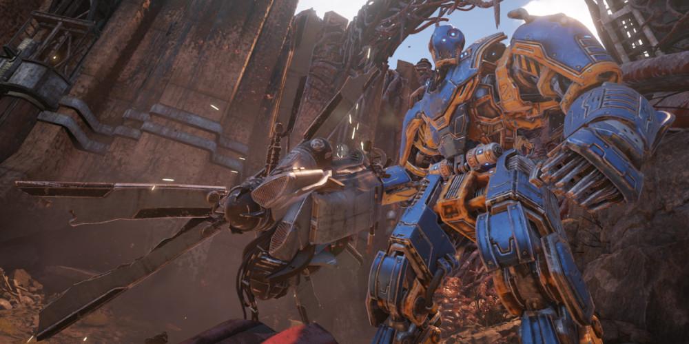 Robotti dramaattisesti alhaalta kuvattuna, kädessään parempia päiviä nähnyt helikopterin roottori kuusine lapoineen.