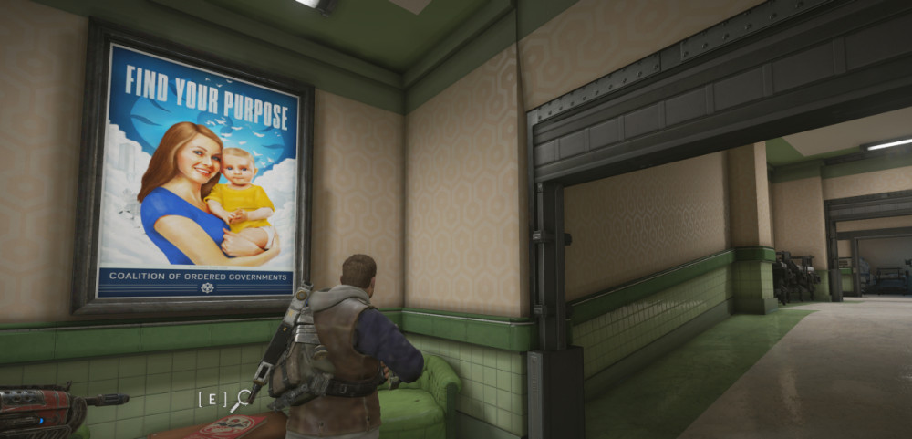 """Seinällä kirkasvärinen juliste, jossa neuvostohenkinen hymyilevä nainen pitelee lasta sylissään. Teksti """"Find your purpose""""."""