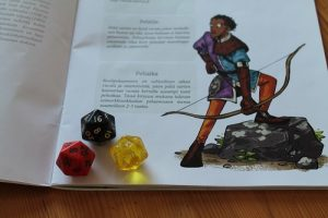 Hood-roolipeli käyttää 20-sivuisia noppia.