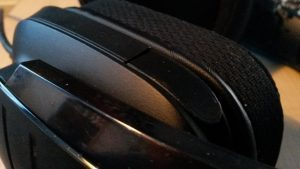 Mikrofoni on pois päältä aina ollessaan taitettuna piiloon.