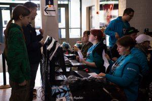 Infossa työskentely on antoisaa kun pääsee näkemään satoja ihmisiä. Allekirjoittanut työntouhussa kuvaa otettaessa. © Atte Haapalahti