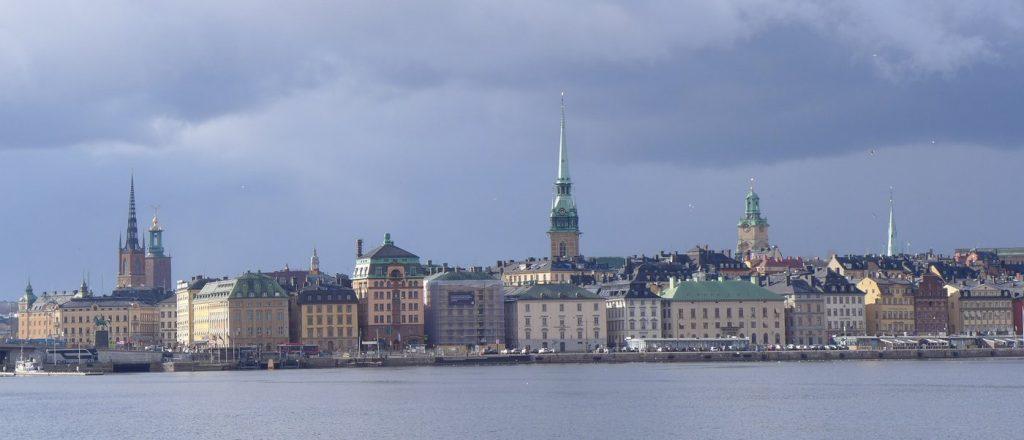 Gamla Stan vastapäisestä Skeppsholmenin saaresta nähtynä.