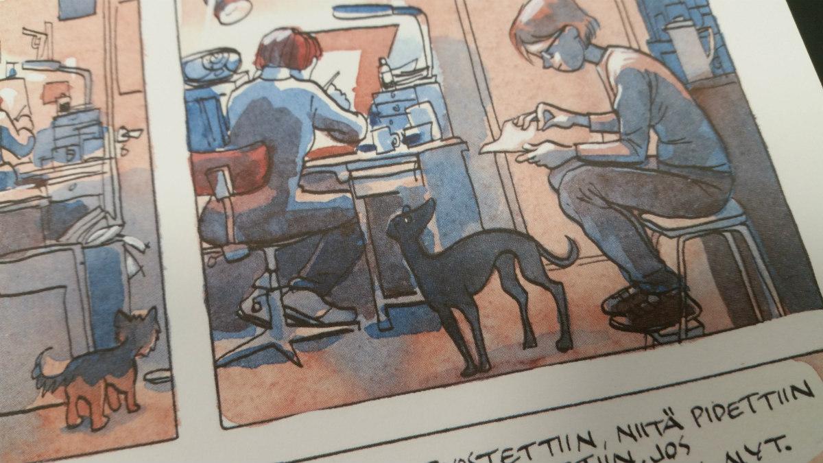 Yksityiskohta Tiitu Takalon sarjakuvasta Minä, Mikko ja Annikki. Kuvassa vinttikoira katsoo paperille piirtävää ihmishahmoa. Taustalla toinen ihminen piirtää valopöydän ääressä.