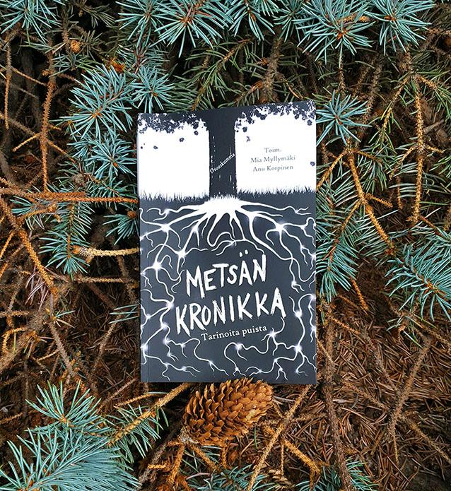 Metsän kronikka -novelliantologian kansikuva havupuun oksilla.