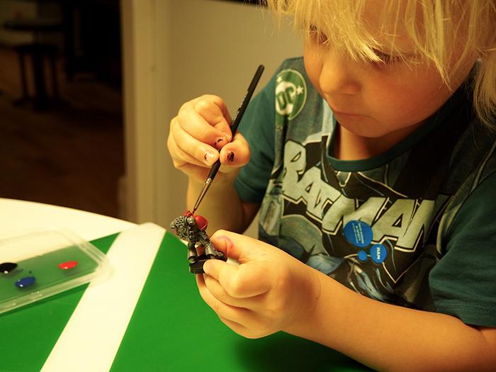 Lapsi maalaa figua.