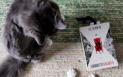 Punaisen Lontoon kohtaloa selvittämässä: arvostelussa V. E. Schwabin Loihdittu valkeus