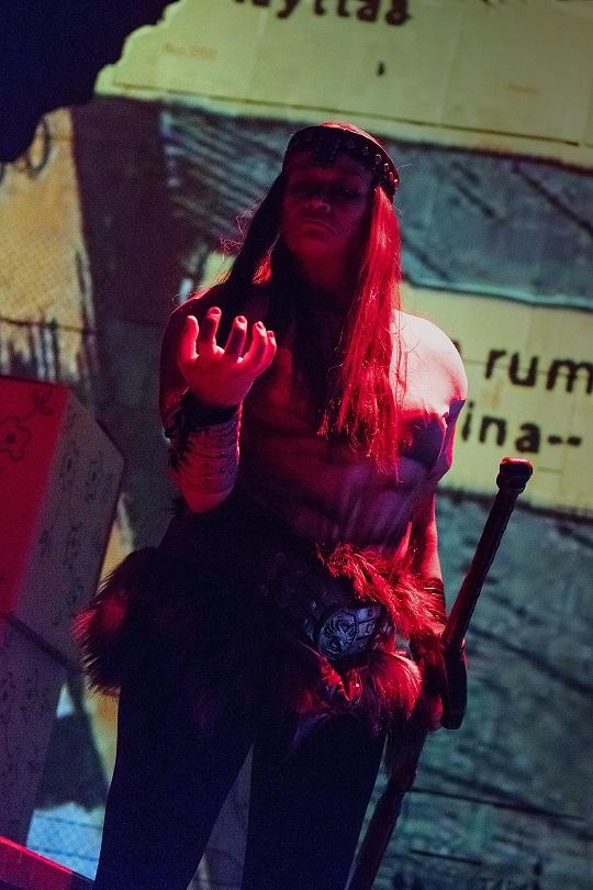 Kuvassa Kirsi Tarvainen pukeutuneena Conaniksi.