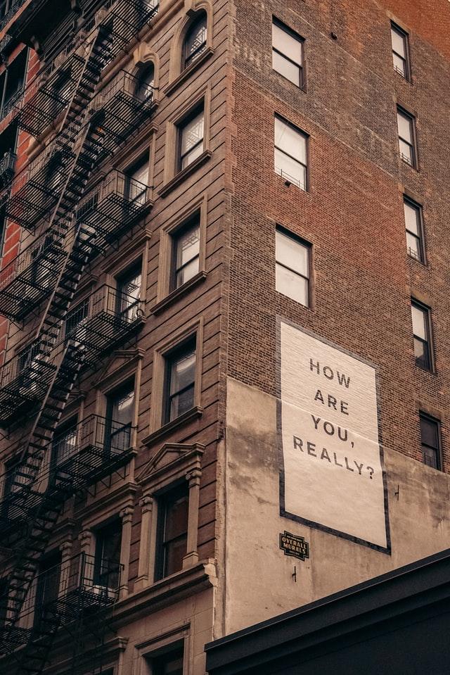 """Talo, jonka seinässä lukee: """"How are you, really?"""""""