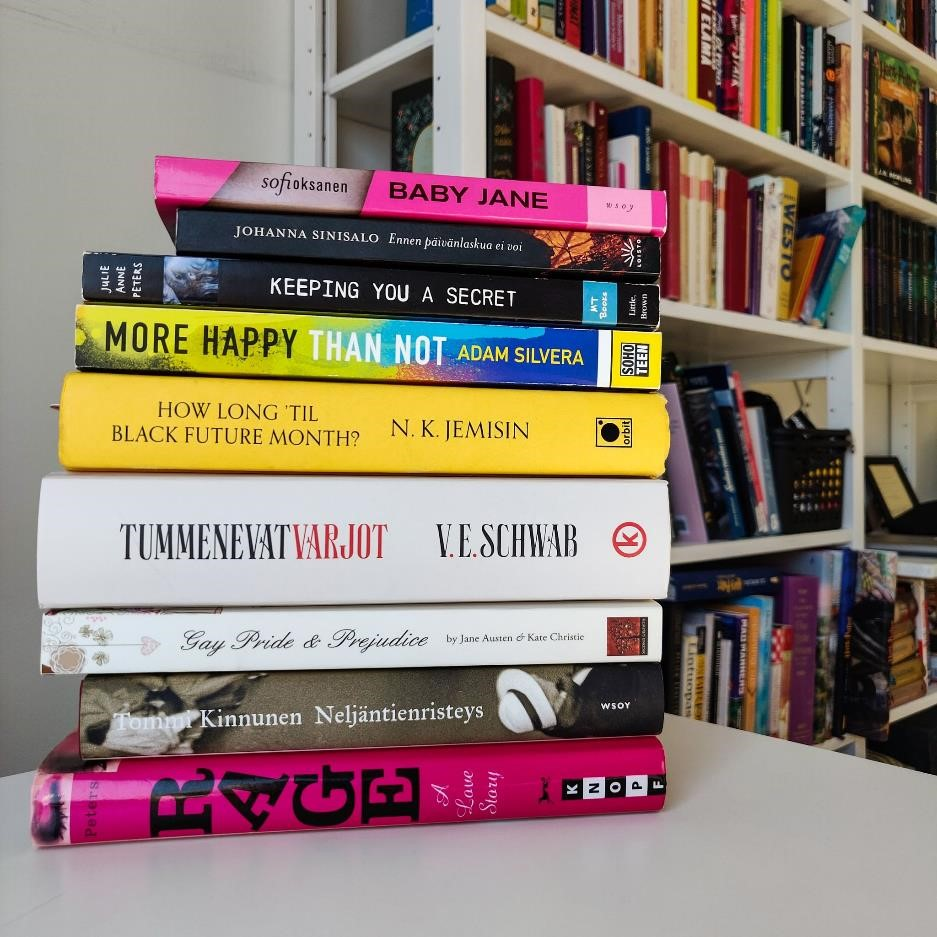 Kuvassa yhdeksän kirjan pino. Kuvatekstissä mainittujen lisäksi kirjat Baby Jane, Ennen päivänlaskua ei voi, How long 'til black future month?, Tummenevat varjot, Gay Pride and Prejudice sekä Neljäntienristeys.