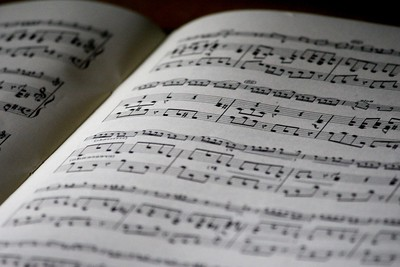 Maisterista muusikoksi: alanvaihtajan* pohdintoja laulamisesta, unelmista ja herkkyydestä