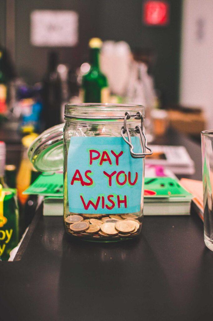 """Rahapurkki, jossa lukee """"Pay as you wish""""."""
