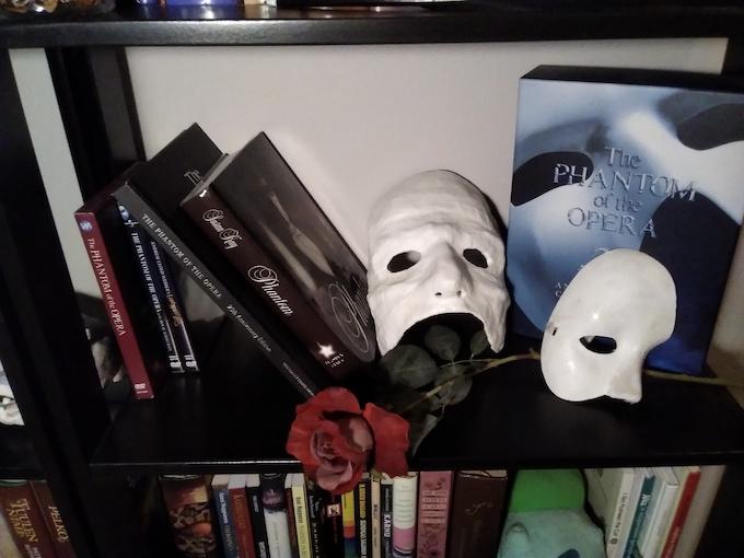Kuvassa Oopperan kummitus -teemaisia tavaroita
