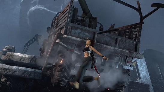 Lara Croft roikkuu kuorma-auton takaluukusta.