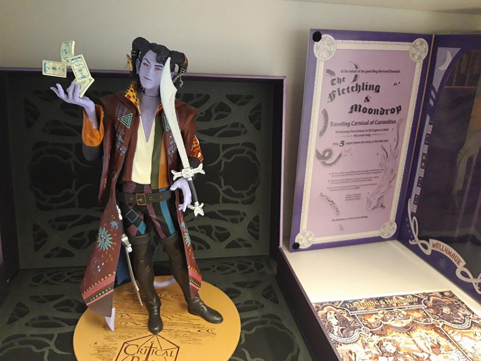 Kuvituskuva kirjahyllyssä olevasta Mollymauk Tealeaf -figuurista.