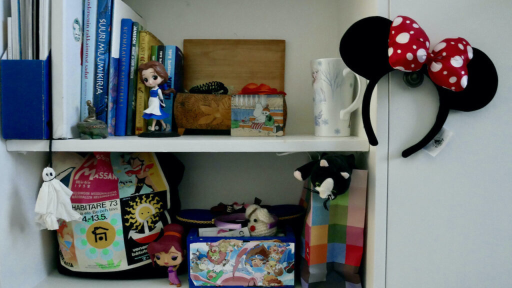 bookshelf that contains various items