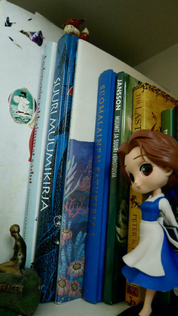 books from authors like Tove Jansson, Hans Christian Andersen and Peter S. Beagle. There's also few figurines like Disney's Belle, Eevee from Pokemon and mini-version of Little Mermaid statue