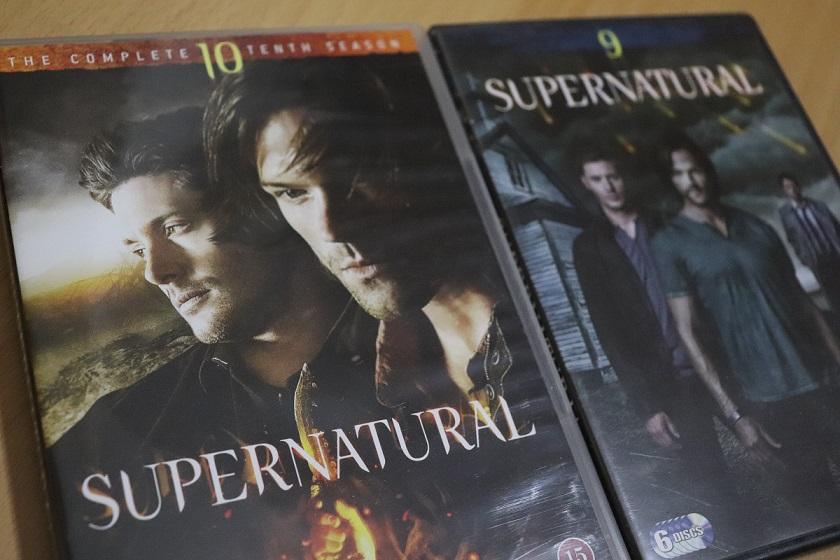 Kuvassa kaksi Supernatural-sarjan DVD-kantta.